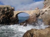Le pont sur la droit de la plage